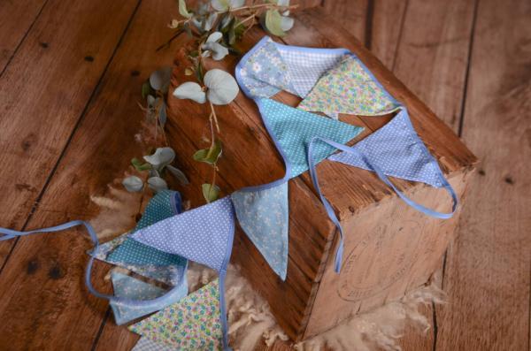 Dekorative Wimpelkette in Blau