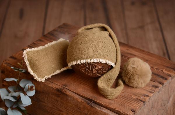 Lange Mütze mit Bommel und kleinem Kissen in Kaki