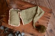 Gorro largo con pompón y minicojín verde