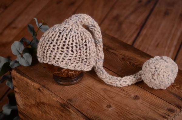 Lange Mütze mit Bommel in Cremeweiß