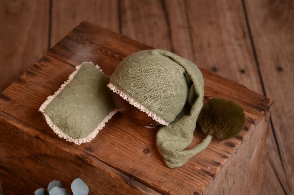 Lange Mütze mit Bommel und kleinem Kissen in Grün