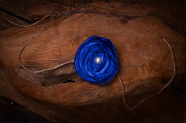 Diadema con flor azul marino