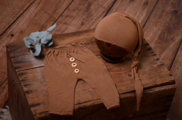 Pack light brown smooth pants and long hat
