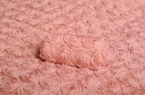 Fehlerhafter Stoff mit Blumen in staubiges Rosa