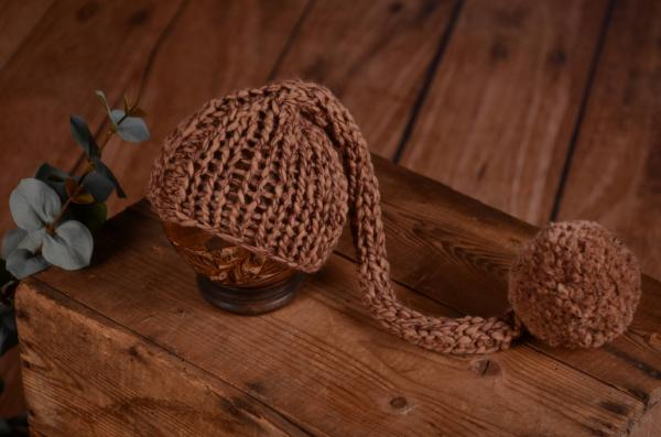 Lange Mütze mit Bommel in Kamelfarbe